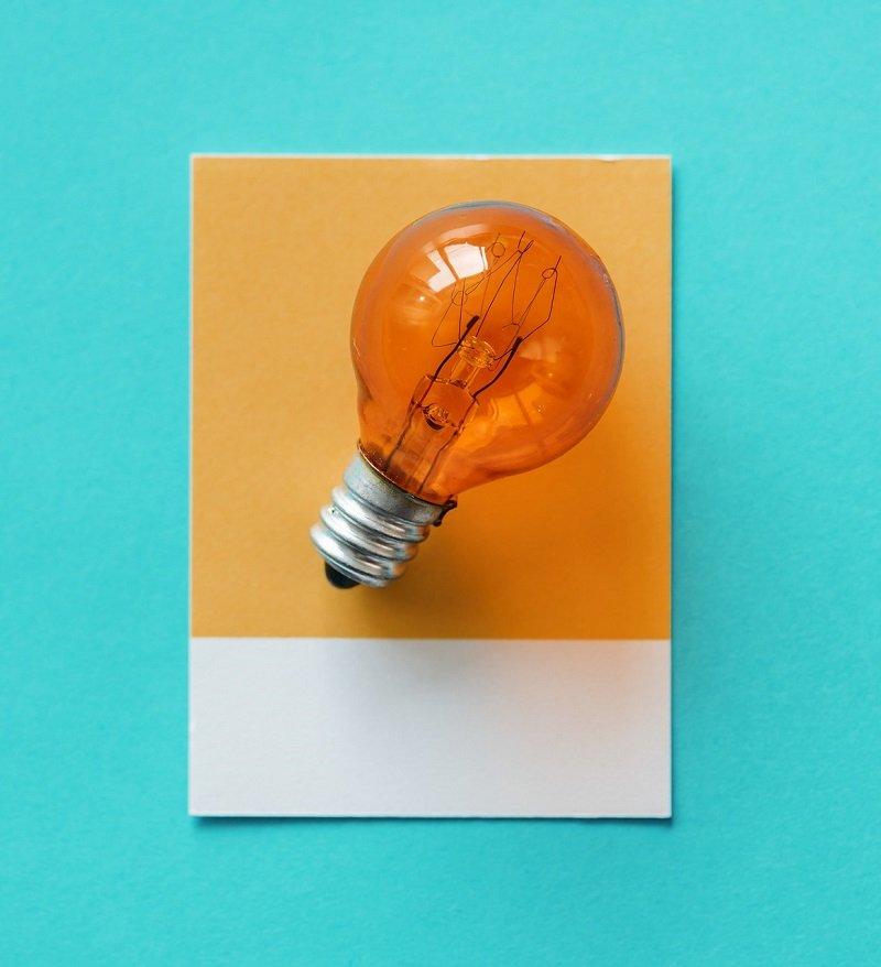 Żółta żarówka - symbol dobrego pomysłu