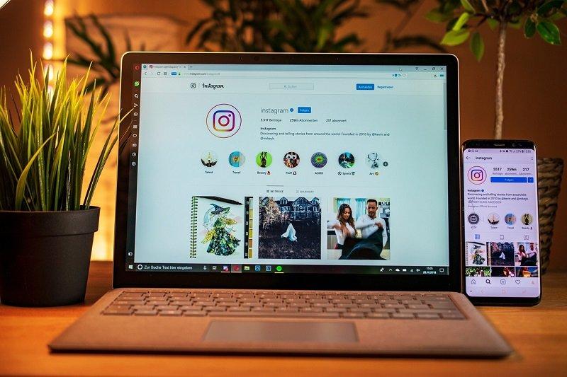 Konto firmowe na laptopie i smartfonie